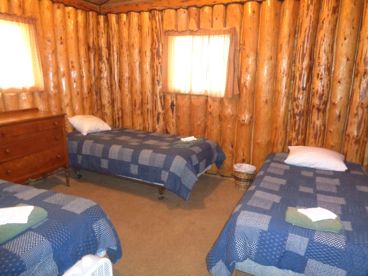 Loch island lodge camp lochalsh cabin 7 bedroom 1 for Hunting cabin bedroom